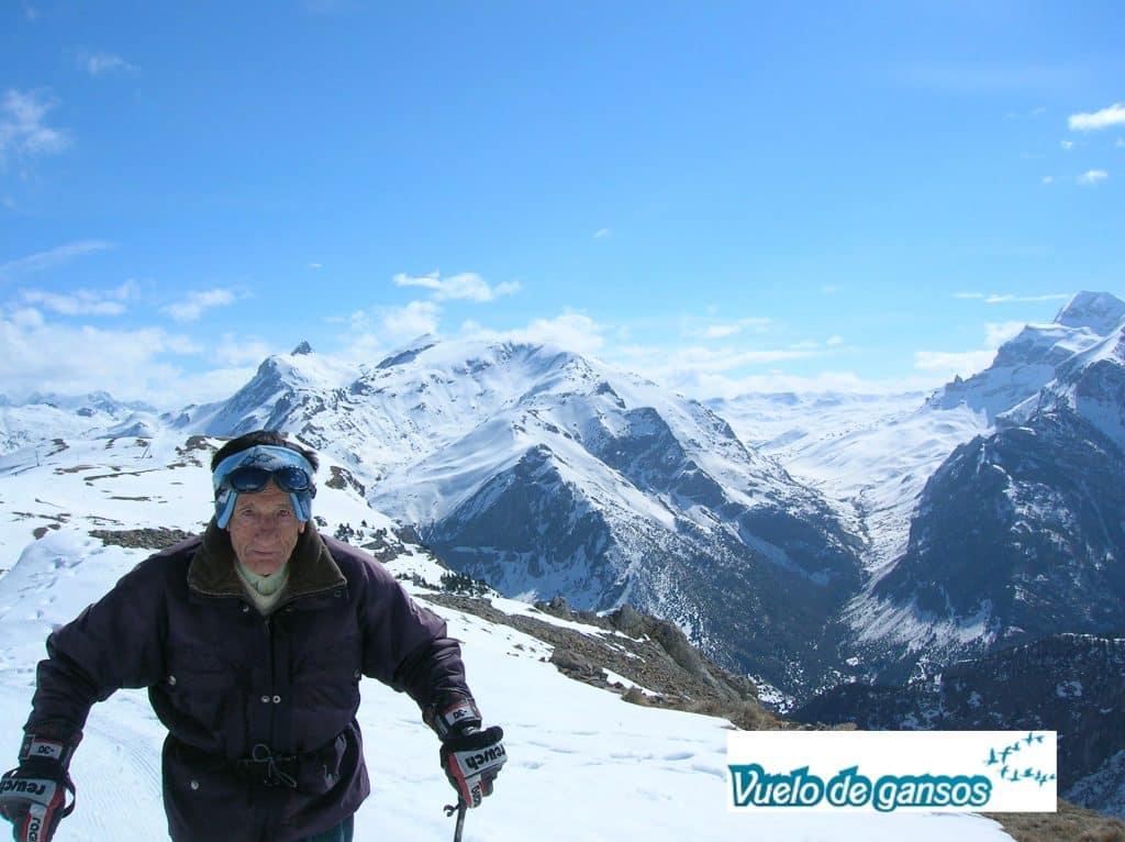 Abuelo esquiando
