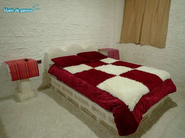 Habitación con las paredes, la cama y la mesita de noche hechas de sal