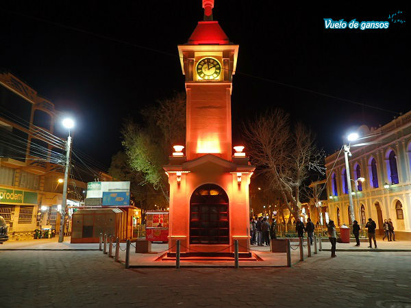 El reloj de Uyuni, iluminado de noche